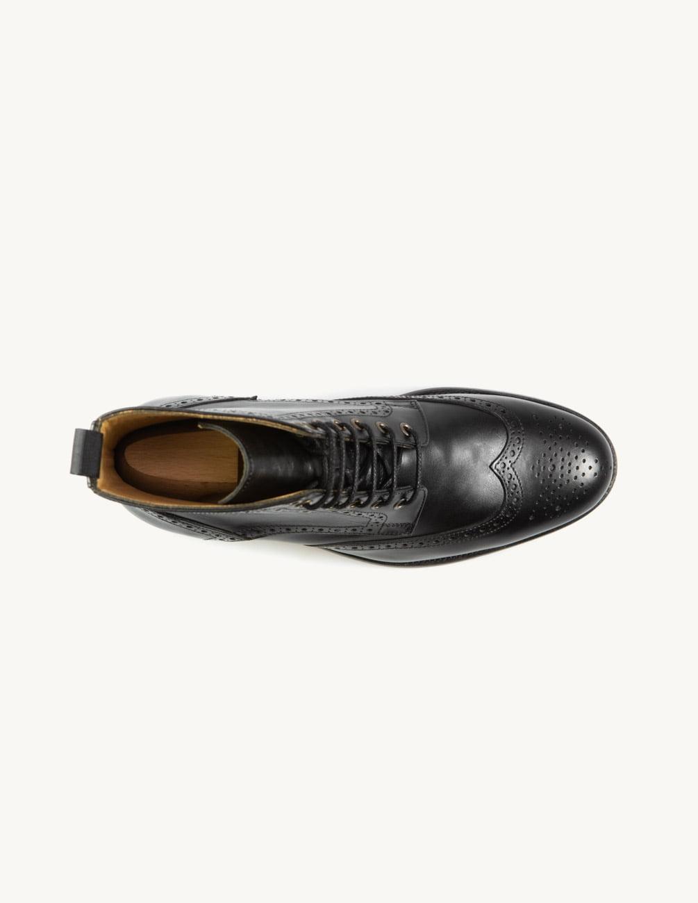 Bota de cano curto em preto rasa